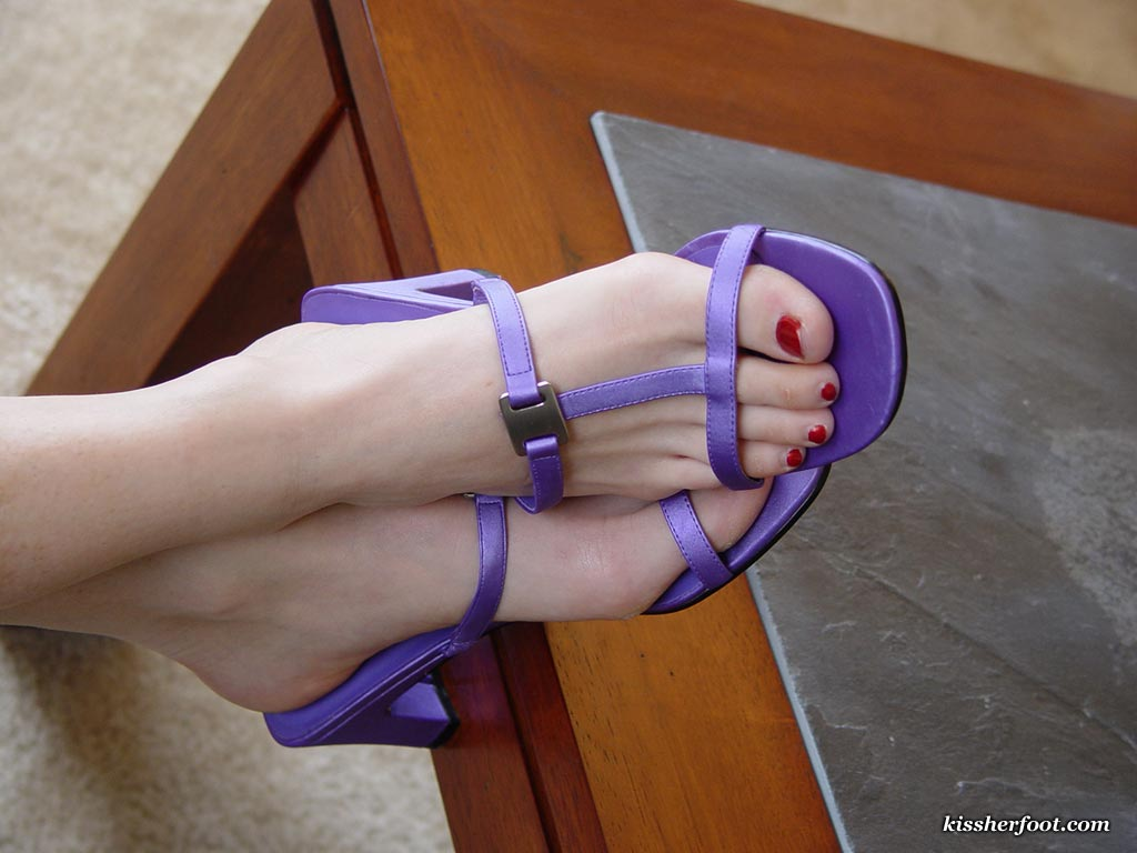 Time to clean the feet of a beautiful Mistress