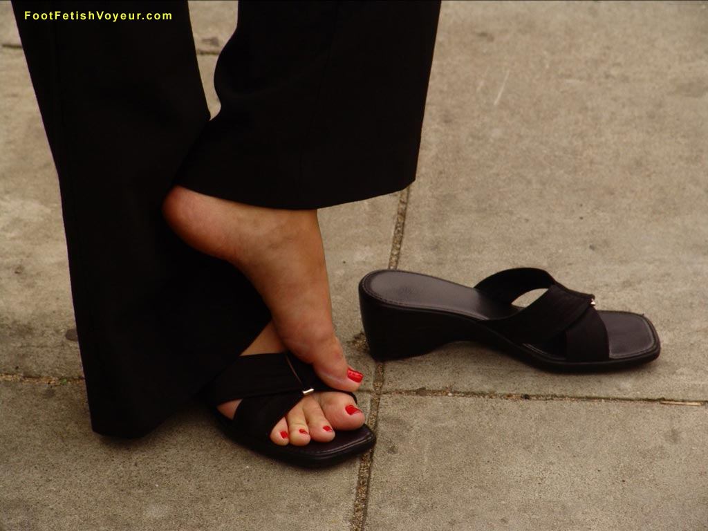 Loser is lucky to taste the toes of this Dominatrix