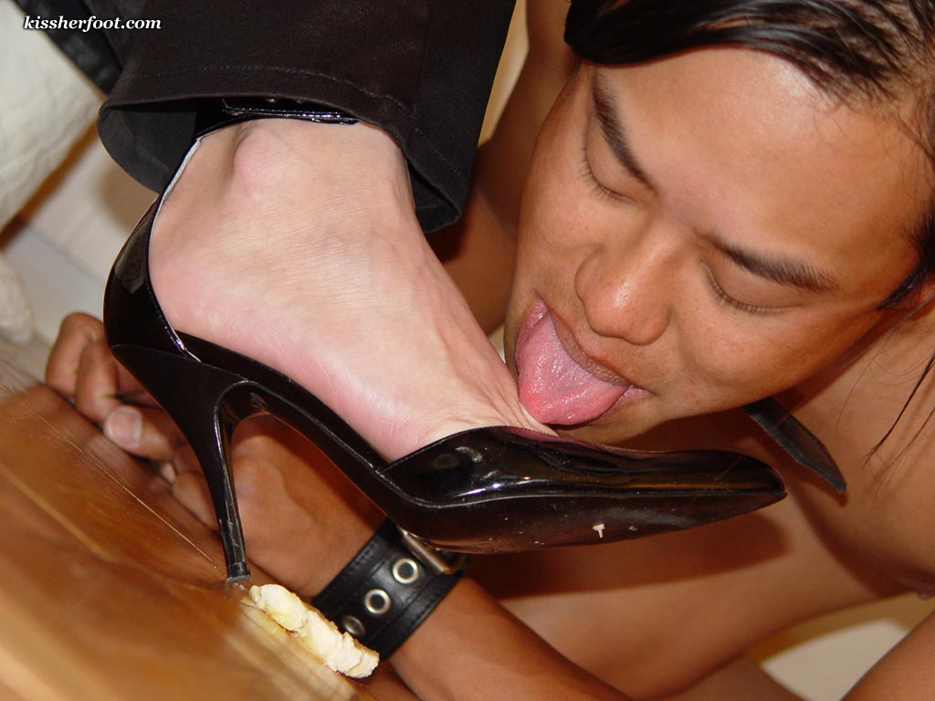 Shoe and foot fetish sample picture from a femdom site